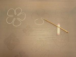 お花の輪郭を刺しています。