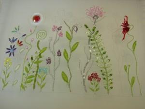 細い花びらのサテンステッチが綺麗に揃っています。他に多くのお花が刺してあります。