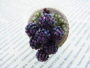 小さな葡萄の房が付いているブローチです。