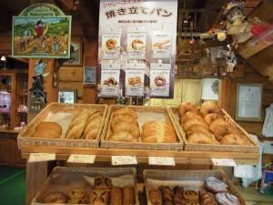 玄関を開けると、バスケットに並んだ手作りパンがお出迎えしてくれます。