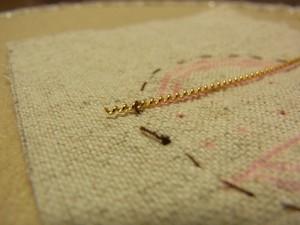 そのまま針を生地の下に引きます。糸が溝に入っているので目立たなくなります。