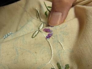 3mmスパンコールとビーズを、組み合わせたお花を刺しています。