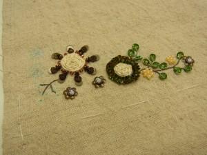 花芯部分がクルクル巻いてあるお花の周りに、スパンコールが20枚以上刺してあります。