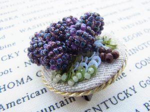 円形ブローチです。葡萄の実が付いています。