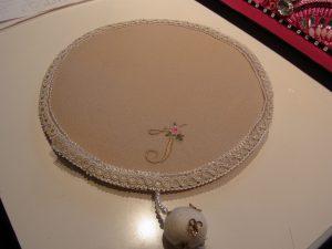 フェルトで作った円形のビーズマットです。周りのリース飾りが綺麗です。