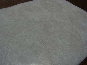 型紙にボンドを塗りキルト芯に貼っています。