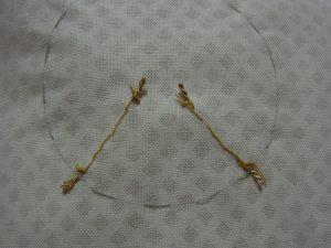 紐を縫い止めた糸の裏側です。一直線になっています。
