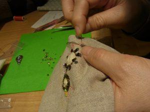 花芯部分を、たこ糸で巻き周りにスパンコールを刺した花ができています。