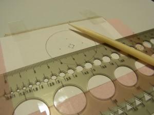先端が細いペンを使って図案を転写します。
