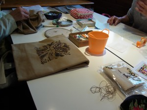 お二人の生徒さんだけなので、テーブルを広く使ってビーズ刺繍をしています。