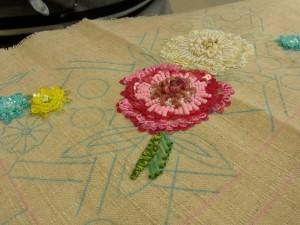 大きなお花が2個あります。花芯部分を盛り上げて刺しています。