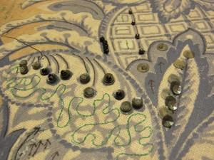 ビーズや糸刺繍を刺す方向を矢印で書いています。