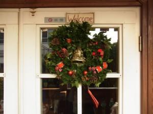 日暮里のカルチャーの入り口にクリスマスリースが飾ってあります。