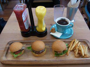 3種類のハンバーガーとポテトとコーヒーです。