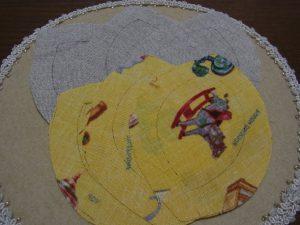 型紙に縫い代をつけて生地をカットします。