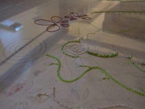 糸刺繍で茎の曲線が刺してあります。