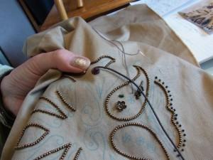 皮のコードを巻きながら、糸でコーチングしています。