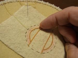 ワイヤーの先端を持ってアーチを描きながら、糸でコーチングします。