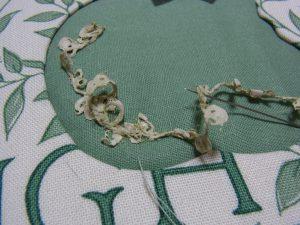 リボンんをクネクネさせながら、糸で縫い止めます。