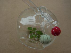 ガラス製のりんごの肢に、羊毛玉が飾ってあります。