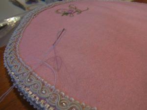 円形のビーズマットです。周りはブレイドで飾りビーズを刺しています。