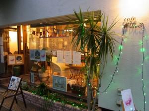 店頭は、クリスマスのイルミネーションでキラキラです。
