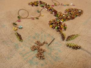 イニシャルの右上にある花を糸で刺繍しています。