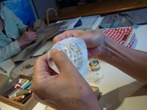 ハート型のチャームを作っています。パールや竹ビーズで刺した斜めラインが綺麗に流れています。