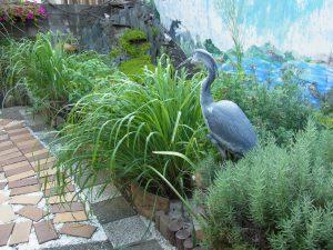 日暮里カルチャーの庭です。大きなレプリカの鳥がいます。