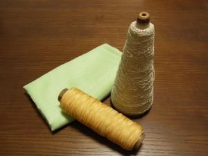 大巻の糸とリボンの他にポリエステルの生地があります。