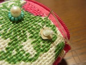 花形スパンコールの、くぼみ部分に針を落とします。
