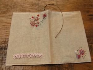 春らしい優しい感じの、ピンクの花が多く刺してあるブックカバーです。