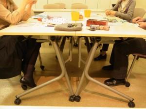 3名の方がテーブルを囲んでビーズ刺繍をしています。