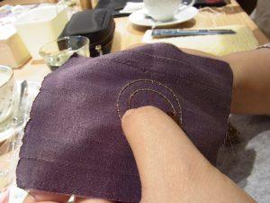 円形のブローチを作っています。縁をワイヤーで囲っています。