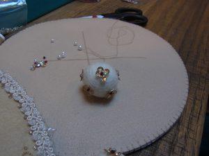円形のマットです。羊毛玉にスパンコールとビーズが刺してあります。