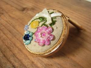 スパンコールの大きなお花と、ビーズの小花が可愛い折りたたみ手鏡です。