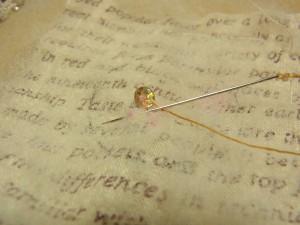 スパンコールの際に針を落とし 次に刺す印へ針を出します。