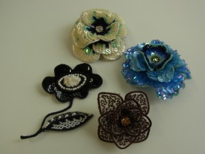 4種類の花のブローチです。それぞれ花びらが3枚重ねで作ってあります。