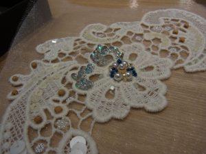 花模様の花芯は大きなパールが円形に並んでいます。