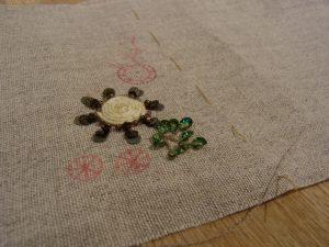 花芯部分を紐でクルクル巻いています。周りにスパンコールとビーズが刺してあります。