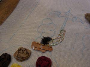 女性のロング手袋をレインボウーの糸で刺しました。