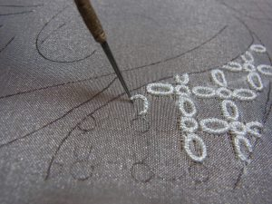 花模様を1本取りの糸で刺しています。
