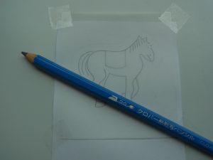 馬の図案を専用の紙に写します。