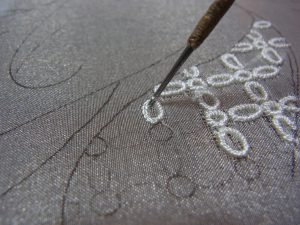 花びらの形に刺繍しています。