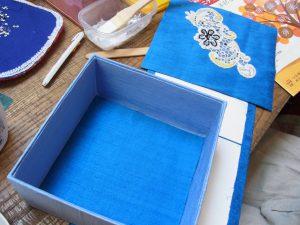 正方形の箱を作って生地を貼っています。