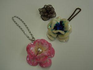 3種類の花のチャームがあります。