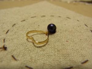 ハートのとがっている部分が、2本の糸で固定されています。