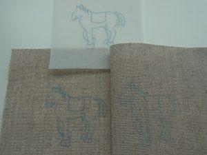 馬の図案を生地に転写しました。