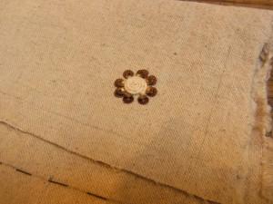 花芯部分は紐を巻いてコーチングしています。周りにスパンコールを刺しています。