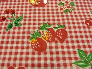 3個横に並んだ苺があります。
